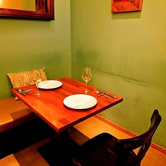 ダークブラウンのテーブルで店内を統一し落ち着いたバルの雰囲気です!