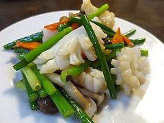料理メニュー写真イカとニンニクの芽炒め/イカと旬の野菜炒め