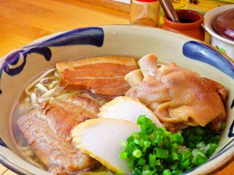 あっさりでコクのあるスープと細麺が人気のひとりでも気軽に行ける店。