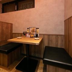2名様~利用可能なテーブル席をご用意。賑やかで明るい店内でお食事を☆