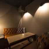 カップルシートとしても◎4名様席の半個室。ソファや照明にはgossipのこだわりが詰まった落ち着く空間に☆部屋の入り口にはカーテンが付いているので周りを気にすることなくプライベートな時間をお楽しみ頂けます。