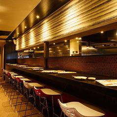 ゆっくりと飲みたい時におすすめ。キッチン目の前のカウンター席は、おひとりでも気兼ねなくお過ごしいただけます。ちょい飲みもお気軽にどうぞ。京都デートの締めくくりの一杯にも◎ 横並びに座れば、お二人の距離もぐっと縮まりますよ★