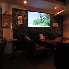 1Fには大型テレビがございます!ソファ席ですので、ゆっくりと寛ぎながらスポーツ観戦などできます♪