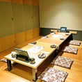 8名様まで収容の個室も3部屋ご用意しています。人数に合わせて個室をつなげてご利用できるので中規模宴会でのご利用にもオススメです。