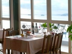 店内からも真っ青な海を眺めてお食事を楽しむことができます♪
