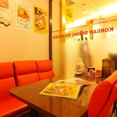 【4名様テーブル席】清潔感溢れる店内はファミリーに人気!好立地にあるコリアンダイニング!本場の韓国料理が自慢の人気のお店です。単価もリーズナブルなので飲んで食べて、合コンや宴会にもおすすめ!※写真はイメージです
