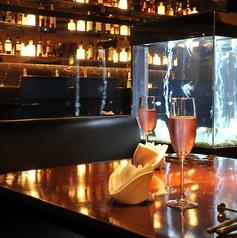 """L字型のソファ席が""""恋""""に効きます。対面ではなく90度にお座り頂くことでお二人の距離もグッと近くなると評判です☆人気のお席は早めのご予約をおすすめ致します!銀座で雰囲気抜群の店内でワインを楽しむなら、【銀座 水響亭】へお越しください!"""