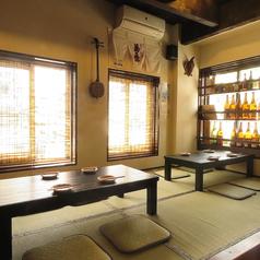 1階には4名様用のお座敷席の他、2名様~4名様でご利用いただけるテーブル席がございます。沖縄感あふれる店内で泡盛やビール、沖縄料理定番のメニューをご堪能ください。