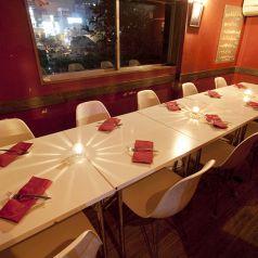 赤と白を基調としたスタイリッシュで可愛い店内♪ワイン好き女子の女子会にもおすすめ!美味しいピザやパスタを囲んで、楽しく素敵なひとときをお過ごしください♪