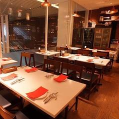 デートや記念日にもご利用いただける2名様用のテーブル席。房総の食材をふんだんに使用したコお料理で素敵なお食事をお楽しみください。