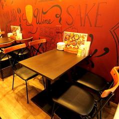 デートなどにも最適な2名テーブル席もご用意!