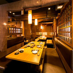 合コンや女子会、接待におすすめのテーブル個室。ダウンライトが大人の空間を演出致します。朝まで営業しておりますのでお時間を忘れ、寛ぎの空間でごゆっくりとお過ごしください。(横浜西口・居酒屋・個室・焼き鳥・飲み放題・宴会)