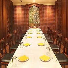 10名様~16名様にお楽しみいただける個室席です。伝統的な雰囲気を彷彿させる席となっているため、接待や顔合わせ向けの個室となっています。個室となっているため、周りの視線や話し声などを気にすることなくお楽しみいただけるので、ゆっくり落ち着いてお食事をしたい団体様におススメです!
