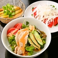 料理メニュー写真とり安サラダ / トマトとオニオンのサラダ