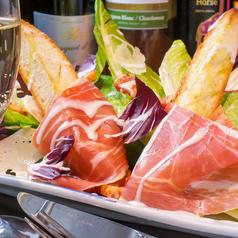 料理メニュー写真生ハムとロメインレタスのシーザーサラダ~その場で削りたてチーズ~