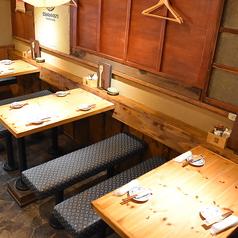 店内中央に4名様用のテーブルが3卓ございます。みんなで色々なお料理を楽しみたい!コースでワイワイしたいという方にお勧め。