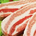 脂の口どけが良いドルチェポルコを使用。あっさりヘルシー感覚である「どうとんぼり神座」にドルチェポルコの豚肉がベストマッチ。拘りの醤油ダレを使用し、辛過ぎず、甘すぎず、豚の臭みもなく、そして口どけの良い豚肉です。幅広い年代のお客様に美味しくお召いただける。そんな豚肉に仕上がっています。