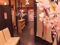 桜がいっぱいの店内は大小様々な個室で雰囲気◎