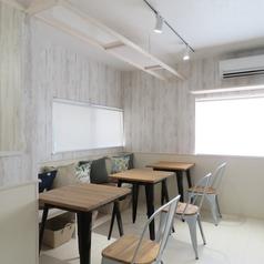 2階のテーブル席はお洒落な木目のテーブル席が3つございます。