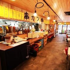 【カウンター席】大阪下町のような雰囲気の店内。当店はふらっと立ち寄り、ちょい飲みを楽しみたいという方にもおすすめの居酒屋です!カウンター席ならお仕事帰りのチョイ飲みにも打ってつけ♪お一人様でビール一杯からお気軽に、カップルや気の合う仲間たちと各シーンに◎