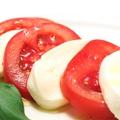 料理メニュー写真モッツァレラチーズと完熟トマトのカプレーゼ