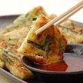 料理メニュー写真韮(ニラ)とベーコンのキムチチヂミ