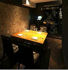 仕切りを付け外しすることで、4名様から8名様向けの個室としてご利用いただけるお部屋です。接待からご宴会まで幅広く対応可能です。