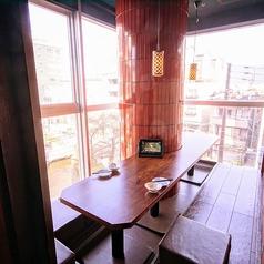 大きな窓のあるお席では、三条の景色を臨みながらのお食事がお楽しみいただけます◎