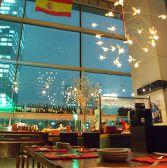 天井高10メートルの開放的で壮大な空間はまさに圧巻。東京駅丸の内のスペインバルで本格スペイン料理をお楽しみください!ディナーコースに加えて記念日限定コース、飲み放題付きコースもございます!【東京駅/スペイン料理/個室/貸切/記念日/誕生日/バル/夜景/パーティー】