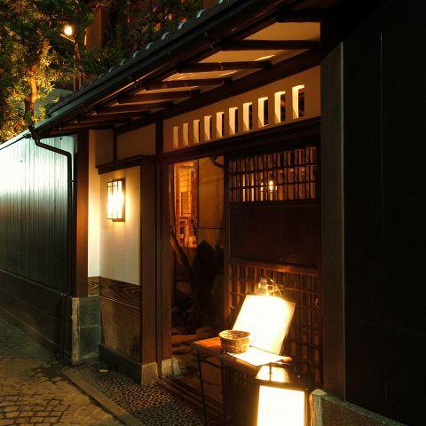 神楽坂の裏通り…黒い板塀に囲まれた古い一軒家。風情溢れる大人の隠れ家にようこそ!
