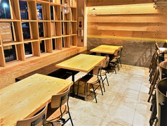 気軽にご利用いただけるテーブル席です。3つ繋いで15名以上でのご利用も可能です。