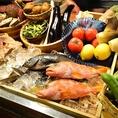 海鮮居酒屋 奥志摩 金山本店でおすすめのカウンター席には、季節野菜や旬の魚介類など厳選された食材がずらりと並んでいます!仕入れによって日替わりメニューなども様々なので、お得な宴会コースで、お好きなものをお好きなだけお楽しみいただけるアラカルトで、ぜひご堪能下さい。