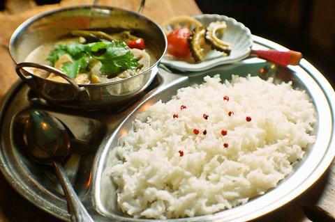 通天閣の真下のオシャレなバーは料理もすべて多国籍仕様。謎めいた雰囲気が魅力的だ。