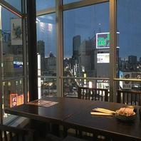 夜景と新宿駅が楽しめる店内