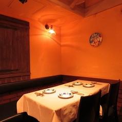 【テーブル席:4名席×1】4名様用のお席はご家族様でのご利用にも最適。絶品お料理をこだわりのワインと共にぜひご堪能ください。食べログ