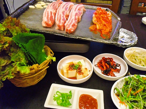 自慢のサムギョプサルはボリューム満点。本格韓国サムギョプサルが味わえるお店。