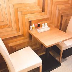 お二人でのお食事をゆっくりとお楽しみ頂けるお席も。