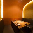 温かな照明の明かりが心地よい個室。広めのソファー席はゆったりと腰かけることができ、お寛ぎいただきながらお食事を愉しめます。