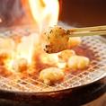 炭火で焼くと、炭の遠赤外線効果で肉の中心部にまで火が通り、同時に脂の旨みがしっかりと閉じ込められます♪香ばしいにおいだけで白米が進んじゃう★食いしん坊あつまれ!!