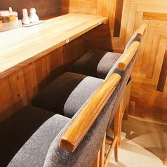 カウンターも座り心地の良いソファー風の座席。