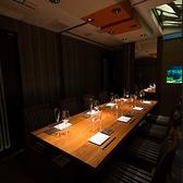 シックな色合いで統一された、10名様までご着席いただける完全個室です。金魚が優雅に泳ぐ水槽が贅沢な時間を演出します。。