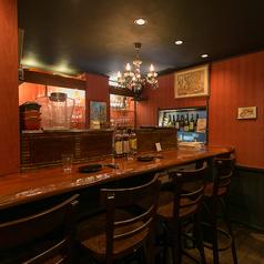 目の前にワイングラスがあるカウンター席は、特に常連様に人気のお席となっております!早めに埋まってしまうお席となっておりますので、ご了承下さい★落ち着いた空間の中で、是非ごゆっくり食事をお楽しみください♪
