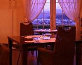 窓際のお席です。記念日などのご利用も大歓迎です。テーブルは2名~4名席です。
