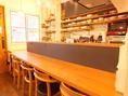 店内はテーブルとカウンター席がございます。温かみのある色合いでゆっくりおくつろぎ頂けますよ!