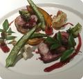料理メニュー写真イベリコ豚と旬野菜のグリル 甘酸っぱいポルト酒のソースで