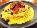 料理メニュー写真きのことベーコンのカルボナーラ温玉のせ