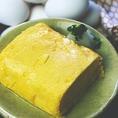 おでん屋の出し巻き玉子 480円(税抜)地元岡崎の太田商店さんのランニングエッグを使用し一本一本巻き上げます。こだわりの卵と美味しいおでん出汁をふんだんに使用し作る熱々でジュワッと出汁の染み出すおでん屋の出し巻き卵を是非ご賞味ください。
