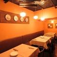 【テーブル席:6名席×1/4名席×2】女子会などの各種ご宴会にピッタリな6名様用のテーブル席。暖かい雰囲気の店内でゆっくりとお楽しみいただけます。