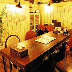 壁にまわりを囲まれているので、半個室感覚でお食事を楽しめます。
