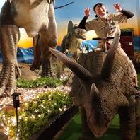 【恐竜に乗って店内を1周お散歩できる恐竜ライド】